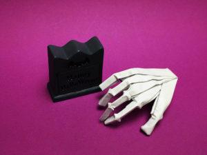 折り紙で折ったガイコツの手