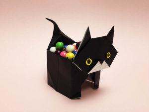 折り紙で折った黒猫の入れ物
