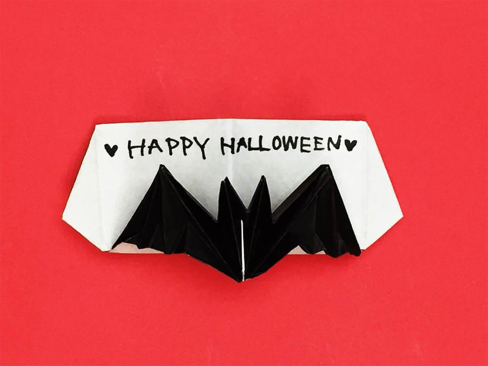 折り紙で折った飛び出すコウモリのカード