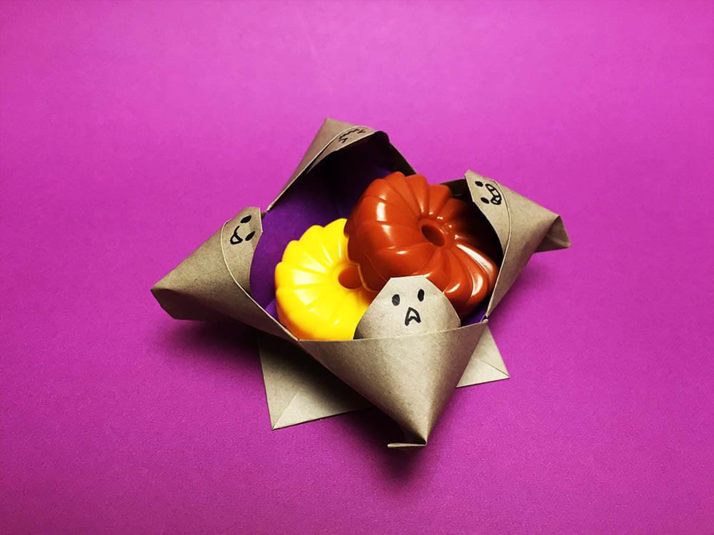 折り紙で折ったおばけのお菓子入れ