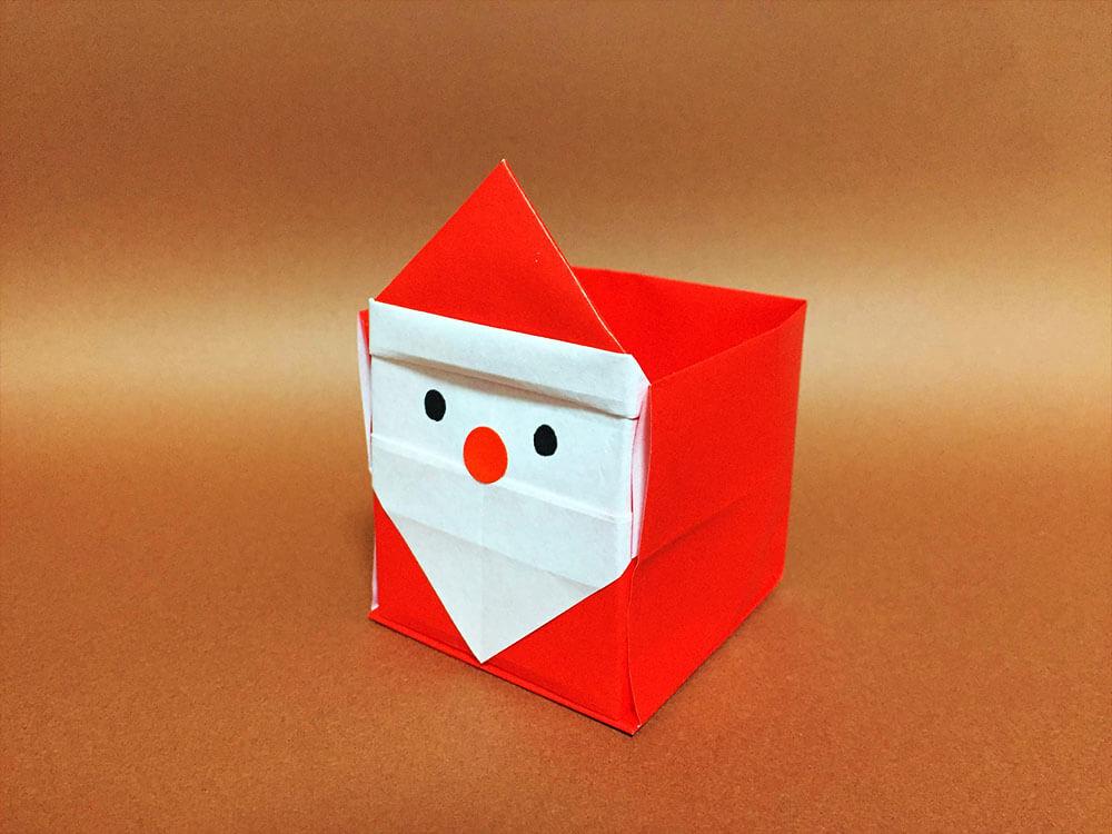 折り紙で折ったサンタクロースの箱