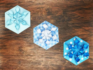 折り紙で折った雪の結晶