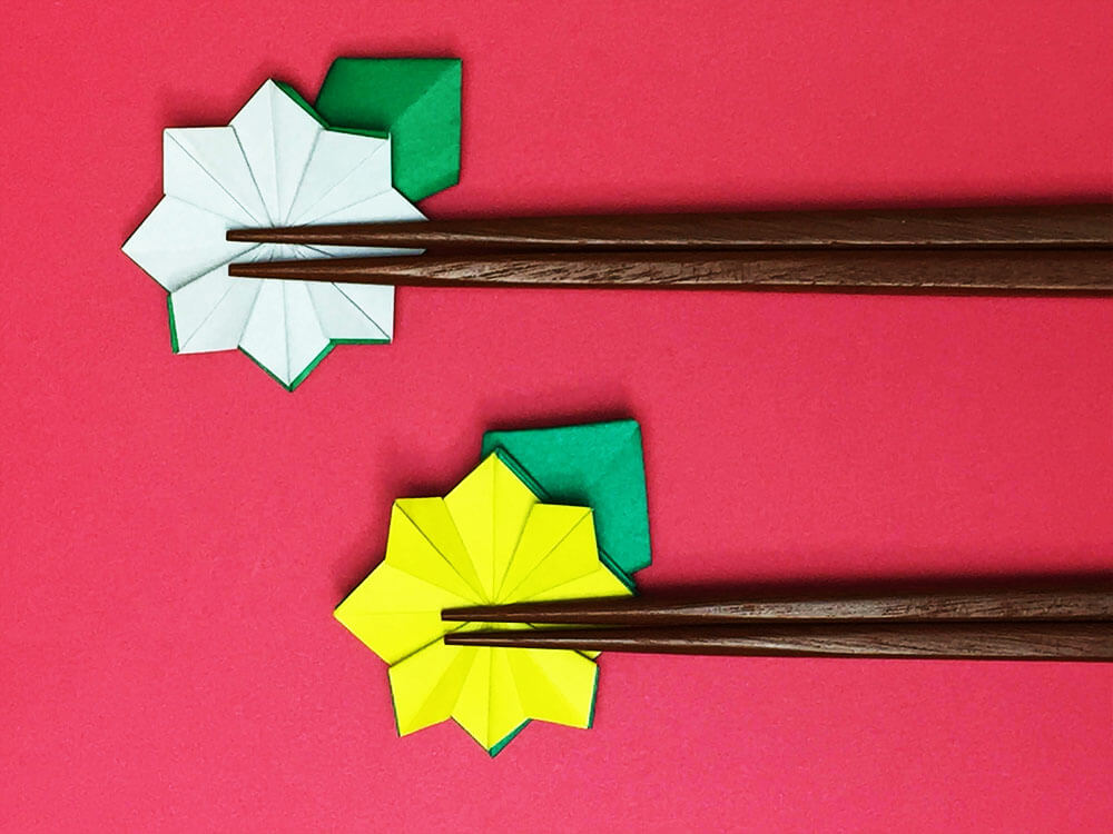 折り紙で折った菊の箸置き