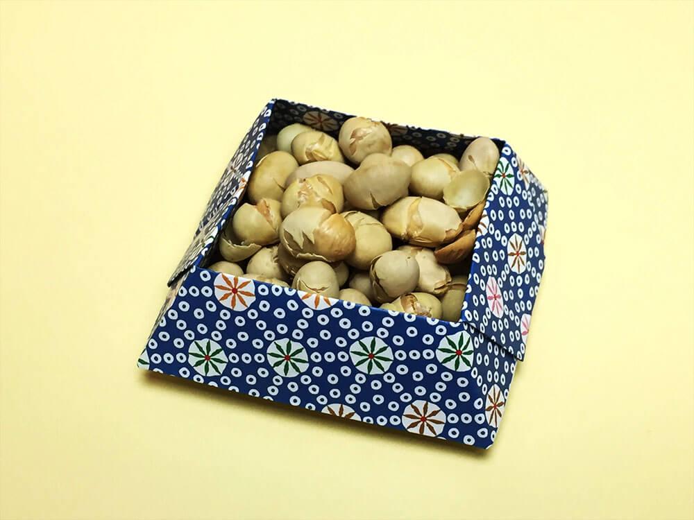 折り紙で折った菓子鉢