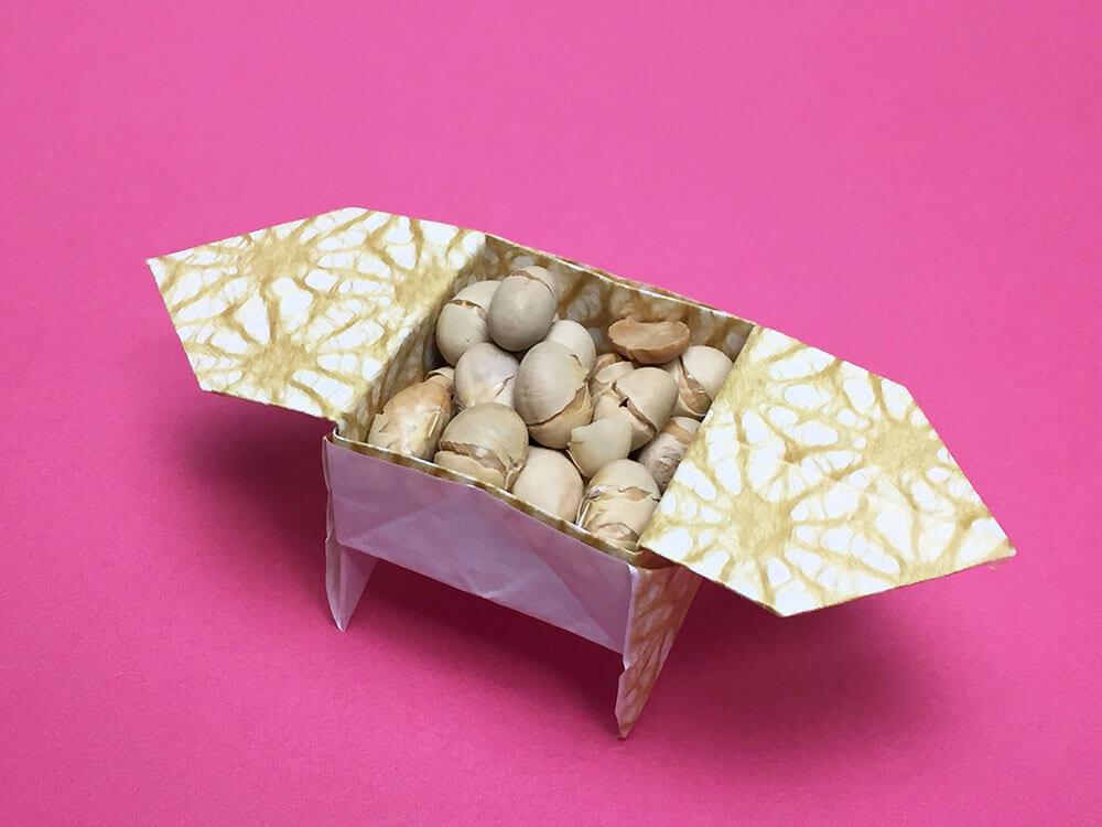 折り紙で折った足つき三方