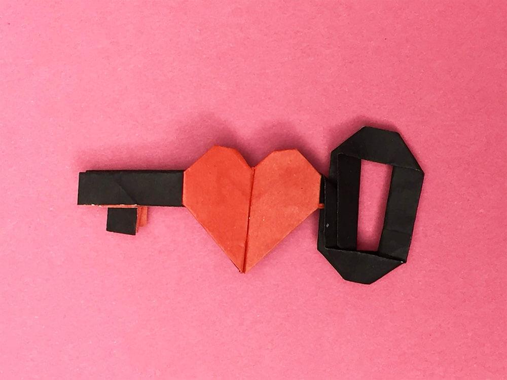 折り紙で折ったハートのカギ