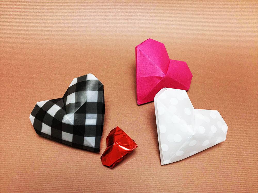 折り紙で折った立体的なハート