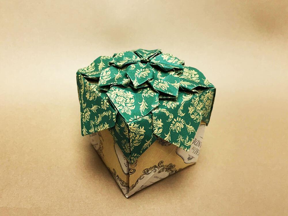 折り紙で折ったギフトボックス