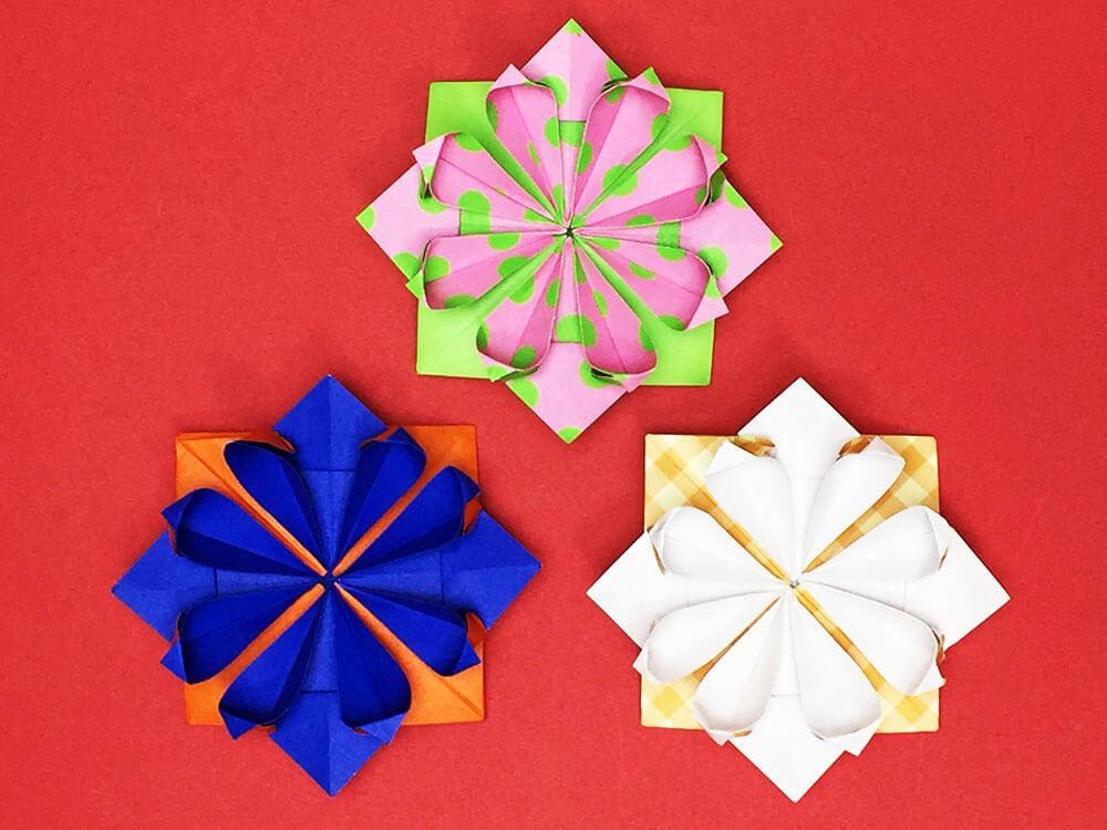 折り紙で折った花のコサージュ