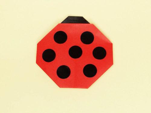 折り紙で折ったてんとう虫のポケット