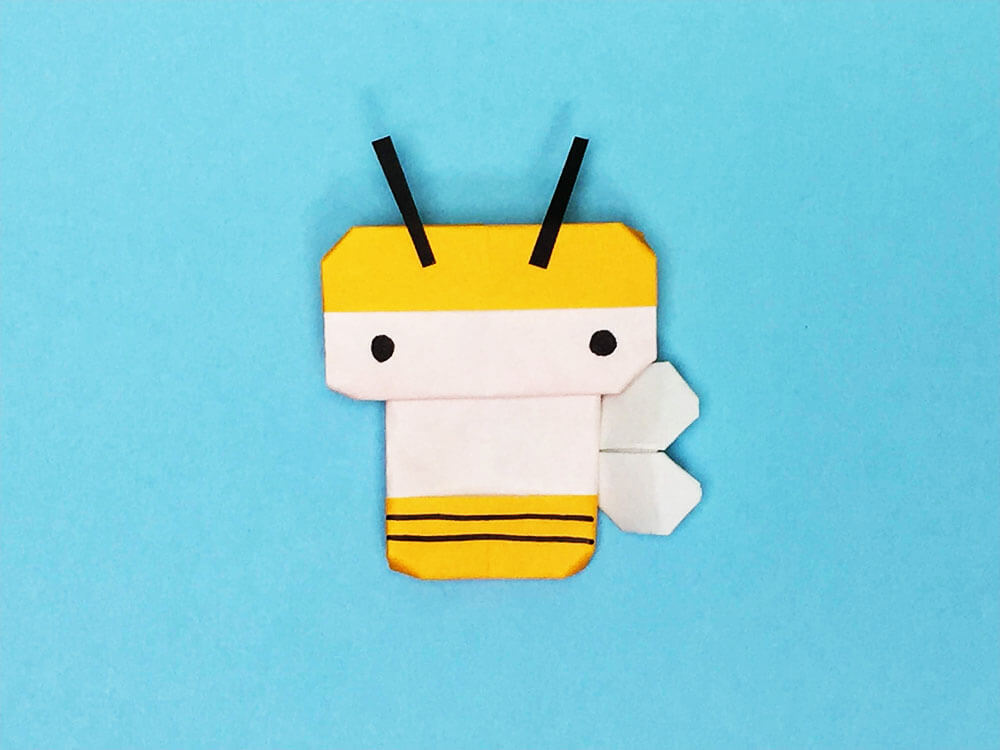 折り紙で折ったハチ