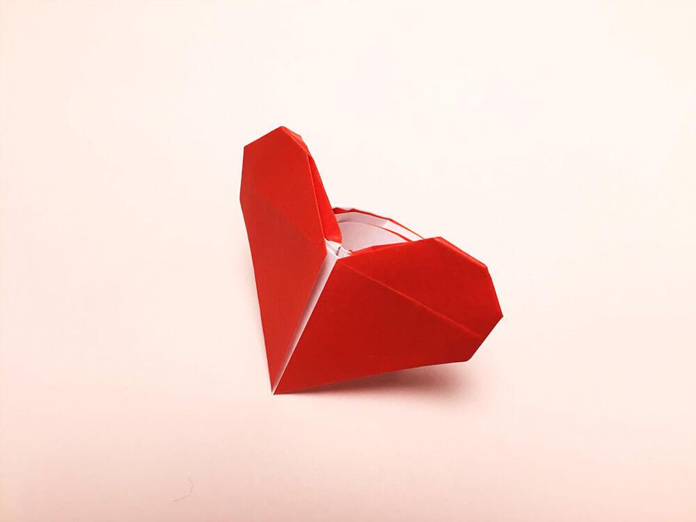 折り紙で折ったハートの指輪