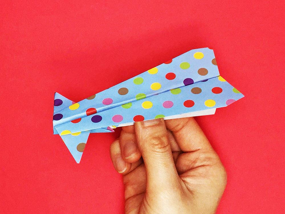 折り紙で折ったイカ飛行機
