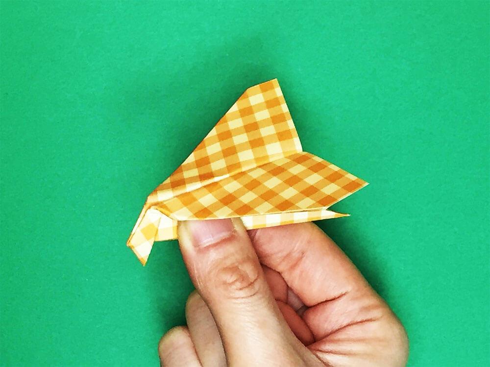 折り紙で折ったとんび飛行機