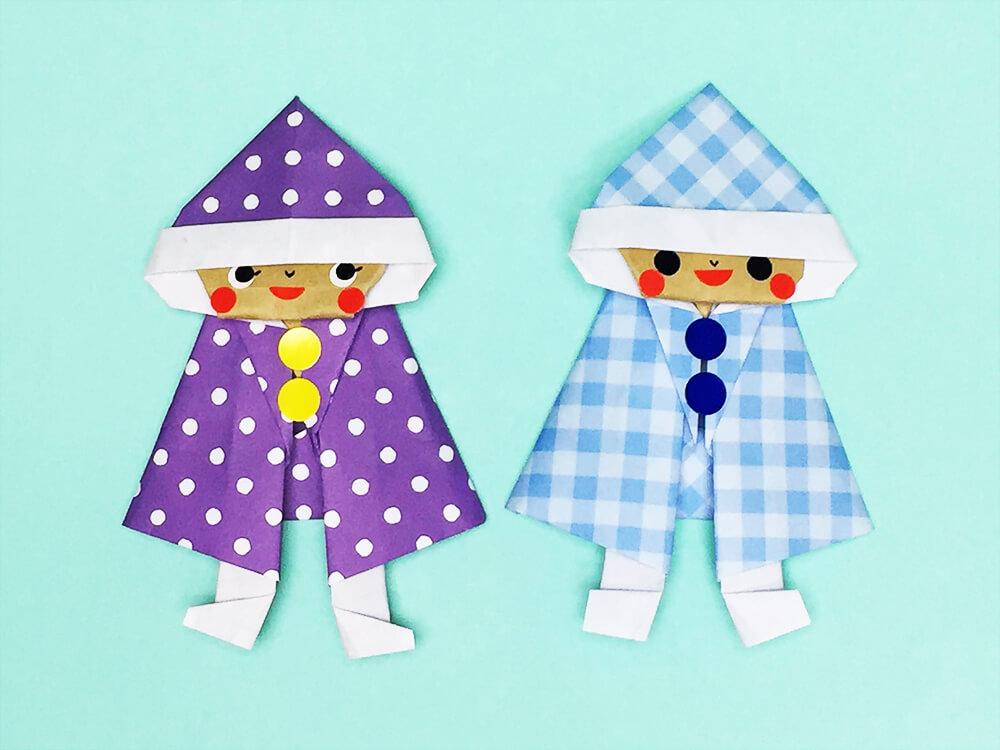 折り紙で折ったレインコートの子供