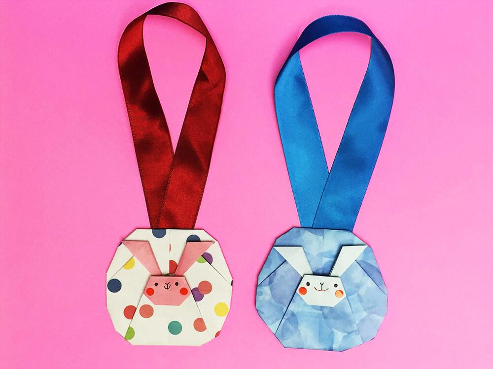 折り紙で折ったうさぎのメダル