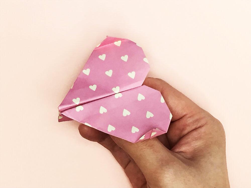 折り紙で折ったフライハート(紙飛行機)
