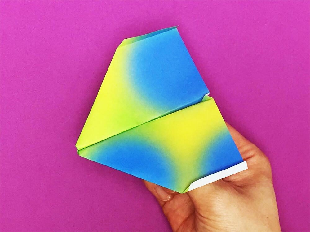 折り紙で折ったゼロファイター(紙飛行機)
