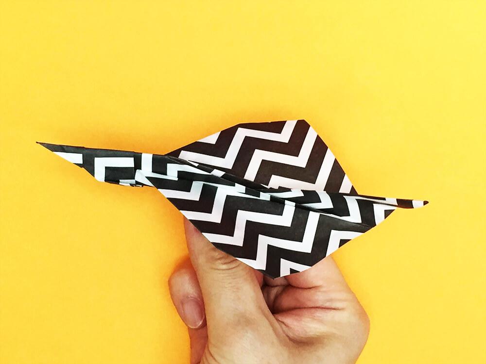 折り紙で折ったシャーク(紙飛行機)