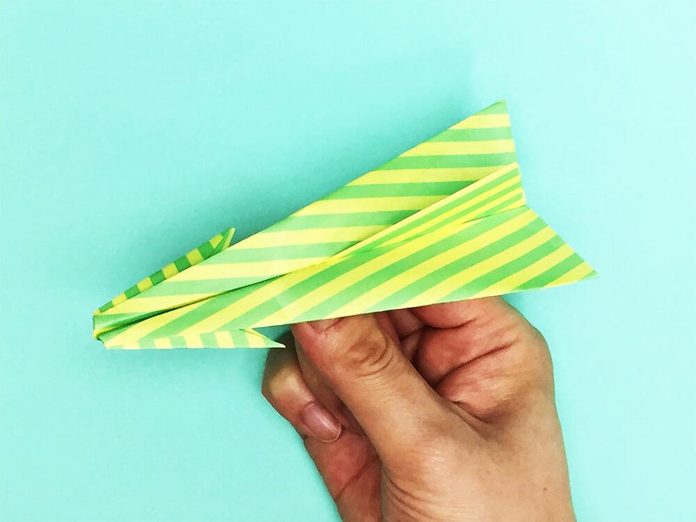 折り紙で折ったアローファイター(紙飛行機)