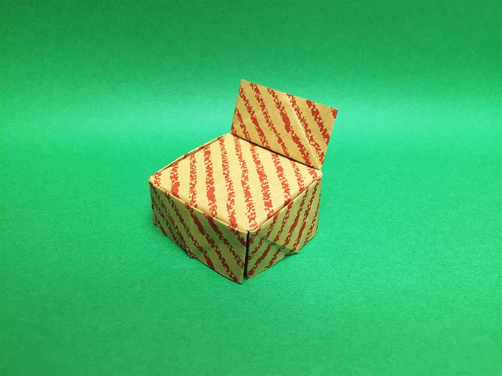 折り紙で折った椅子
