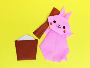 折り紙で折ったうさぎの餅つき