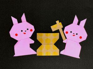 折り紙で折ったウサギの餅つき