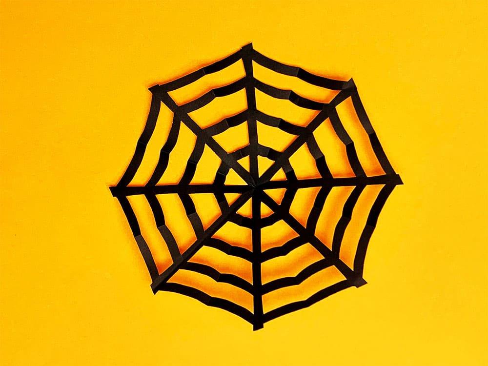 折り紙で作ったクモの巣